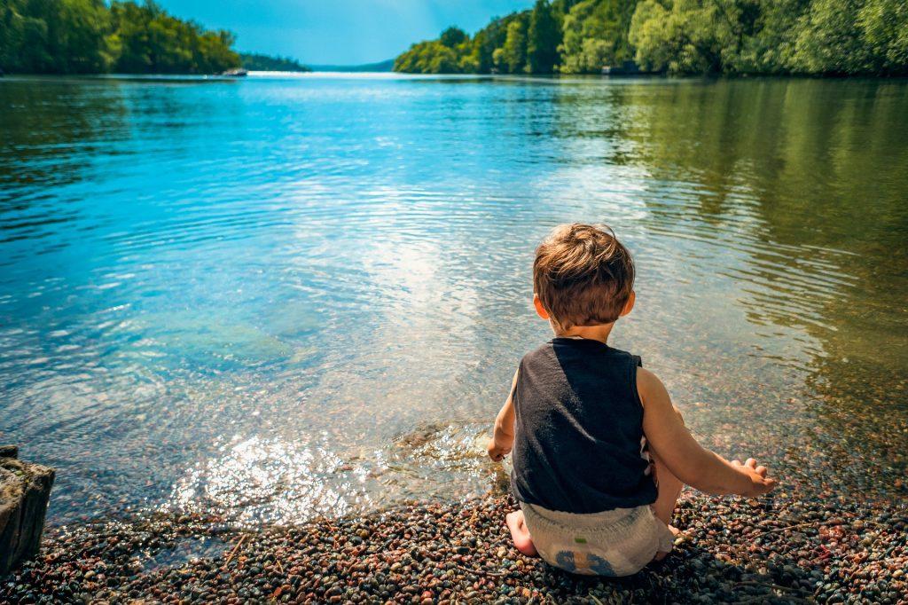 Enfant bord de l'eau