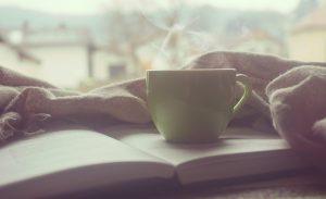 Tasse de café et livre